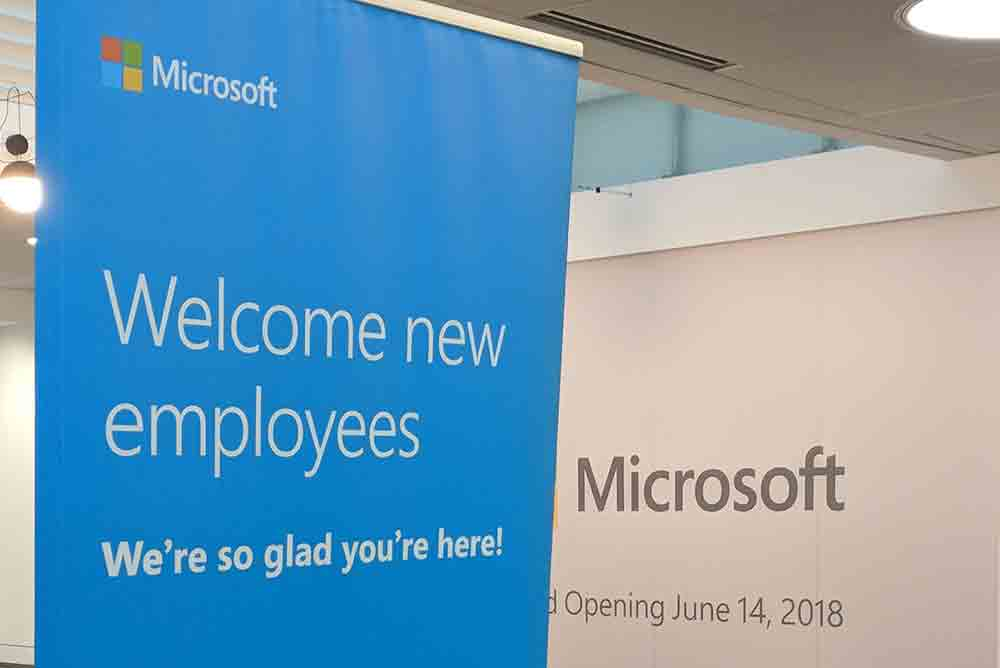 A sign in the Microsoft lobby that says 'Welcome new employees!'